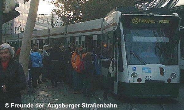 Combino 825 am Königsplatz auf Linie 8